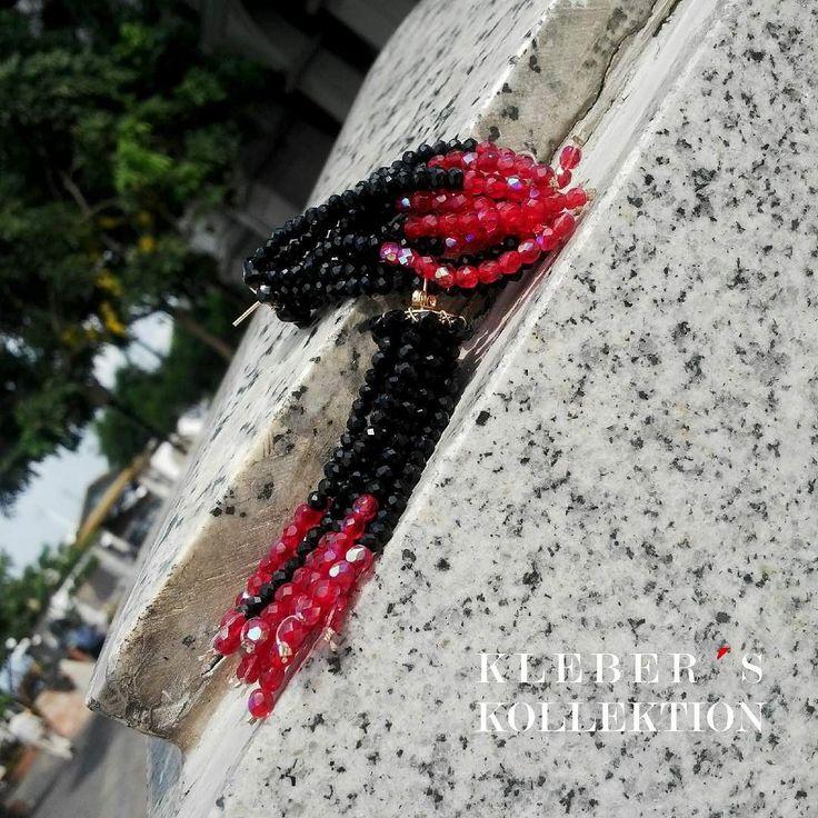 Esta es una noche de combinaciones clásicas que funcionan : rojo  negro.  El diseño : tassel  El material : cristales  La técnica : hecho a mano  Hermosos aretes estilo tassel en forma de degradé directo en broche tipo pin para que al colocarse se vean en forma de cascada. Están lindos verdad?