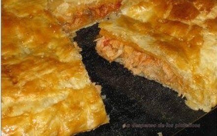 Ingredientes: 1 lata de atún, caballa o jurel cebolla un poco de salsa de tomate pomarola o portuguesa(de lata) aceitunas queso rallado si ...