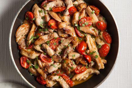 Διαδικασία Σε ένα μεγάλο τηγάνι ζεσταίνουμε το ελαιόλαδο σε μέτρια φωτιά και σοτάρουμε το κοτόπουλο για περίπου 6 - 7 λεπτά, μέχρι να ροδίσει από όλες τις πλευρές....