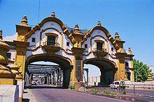 Puente Alsina inaugurado en 1938. Cruza el Riachuelo, une la Av Sáenz de Pompeya (Buenos Aires) con Valentín Alsina (Lanús) De estilo neocolonial a báscula abierta, el extremo más alto llega a 59 m sobre la vía de rodamiento, con dos rampas de pendiente 2,75% para uso vehicular, los peatones acceden mediante escaleras. Por debajo de la rampa del lado provincia se encuentra la estación del FFCC Midland (Belgrano Sur)