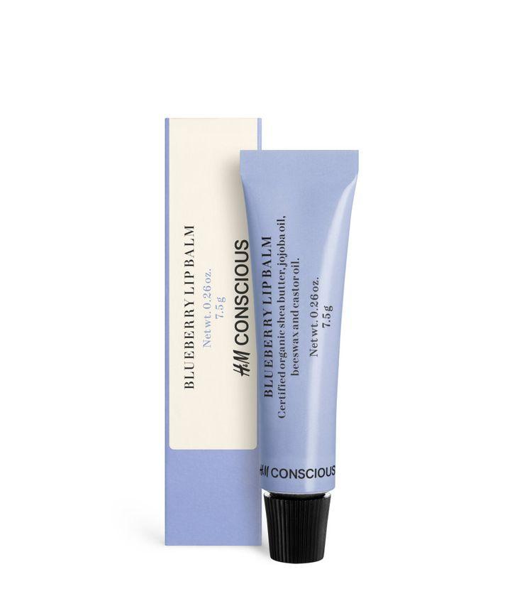 Check this out! CONSCIOUS. En mild læbebalsam, som efterlader læberne bløde og smidige med en diskret glans. Den fugtgivende formel indeholder certificeret, økologisk aloe vera, sheasmør, bivoks og ricinolie. Med duft af naturlige aromaer og farvet med naturlige mineraler. 7,5 g. Naturlig og økologisk kosmetik certificeret af Ecocert Greenlife i overensstemmelse med Ecocerts standard, som er tilgængelig på http://cosmetics.ecocert.com – Gå ind på hm.com for at se mere.