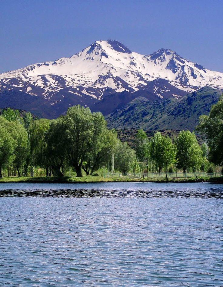Erciyes dağı/Kayseri/// Kayseri'nin 25 km güneybatısındaki ovaların yanından birdenbire yükselen büyük kütleli bir stratovolkandır. Yüksekliği 3917 m dir.
