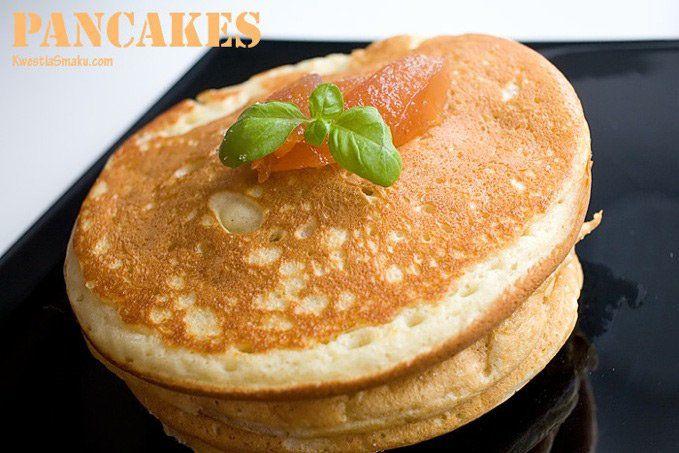PANCAKES z MASLANKI  1 i 1/4 szklanki mąki1 jajko1 i 1/4 szklanki maślanki1/4 szklanki cukru pudru1 czubata łyżeczka proszku do pieczenia1 łyżeczka sody1/4 szklanki oliwyszczypta soli W blenderze zmiksować wszystkie składniki na gładką masę o konsystencji gęstej śmietany. Rozgrzać patelnię i na średnim ogniu smażyć pancakes z dwóch stron. Podawać z syropem klonowym, masłem lub cukrem