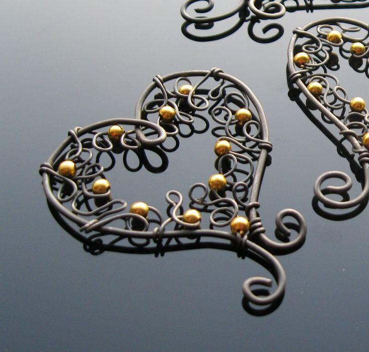 Srdeční+Malá+dekorační+srdíčka+v+krajkovém+stylu+z+černého+žíhaného+drátu+a+zlatých+korálků.+Cena+za+1+kus.+Rozměry+-+5+x+4,5+cm