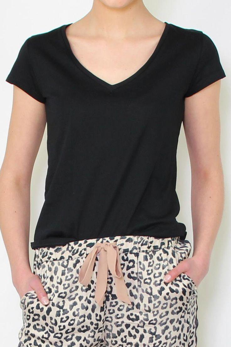 T-Shirtaus der Gaudi Collection   kurzärmliges T-Shirt im Lets Fly AwayStyle   das T-Shirt hat einen V-Ausschnitt und eine leicht taillierte Passform   auf der Rückseite des T-Shirts befindet sich ein Schm