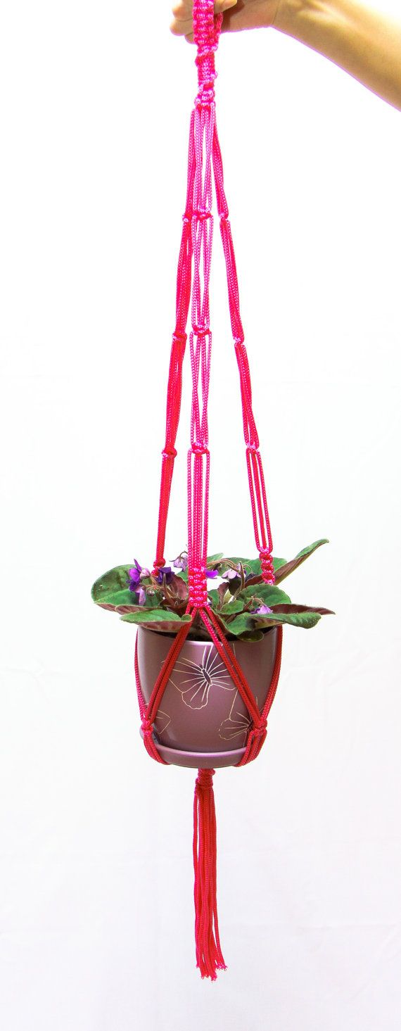 Questo gancio di pianta grande macrame artigianale fatto con amore del midollo forte 5 mm. Lunghezza della fioriera appesa che abbiamo misurato dal nodo superiore al nodo sotto il piatto, non compresa la nappa. La lunghezza della nappa è di circa 6 pollici. Aggiunta di una pentola in fioriera appesa accorcia la lunghezza finale. Questi sottovasi sono perfetta interni ed esterni rustica decorazione per la casa, balcone, giardino o ufficio e ottimo come idea regalo! Colore di macrame…