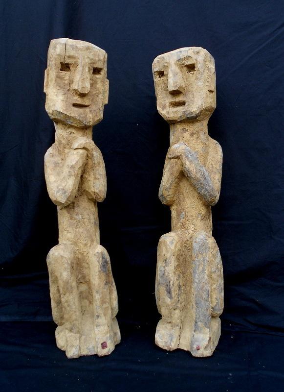 Jajarkot      sculture in legno     h.cm.75 Spiriti tutelari,in particolare questa coppia di antenati proteggeva un granaio. Provenienza: distretto di Jumla, Nepal  etnia Khas