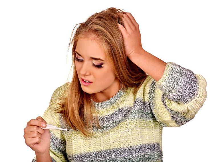 Kratzen im Hals, die Nase geht zu - eine Erkältung ist im Anmarsch. Das hat wohl jeder schon einmal durchgemacht. Neben den Beschwerden an den Atemwegen verursacht ein grippaler Infekt noch eine Reihe weiterer typischer Symptome, die unterschiedlich heftig auftreten können.  #erkältung #symptome #erkennen
