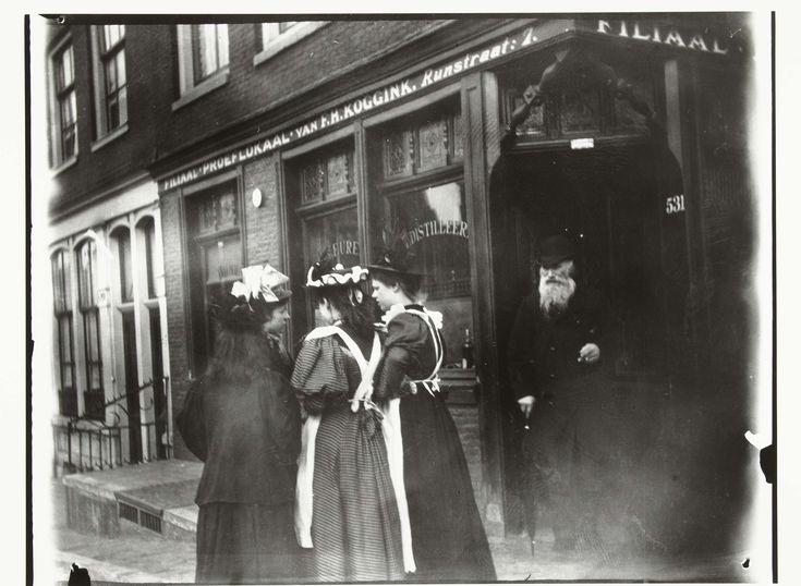 Vier jonge vrouwen op straat voor proeflokaal Koggink in de Runstraat in Amsterdam, George Hendrik Breitner, Harm Botman, c. 1890 - c. 1910