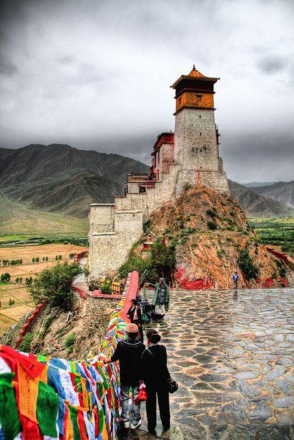 Tibet Ce circuit vous permet d'admirer des vues fascinantes et de jouir des paysages matagneux enneigés.