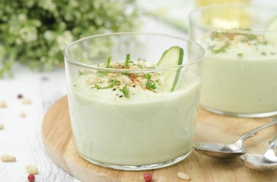 Supă cremă de avocado     Ingrediente:  500 ml de apă  1 avocado mic curățat  1 castravete mic tăiat   ceașcă de mentă proaspătă  un pumn de spanac  1 cățel de usturoi  două linguri de suc de lămâie  sare și piper după gust     Mod de preparare:     Puneți toate ingredientele în blender și pulsați până când obțineți o pastă fină. Mai adăugați apă dacă vi se pare că supa este prea groasă. Gustați și asezonați cu sare și piper. Serviți imediat.   Poftă bună! rețete mâncăruri