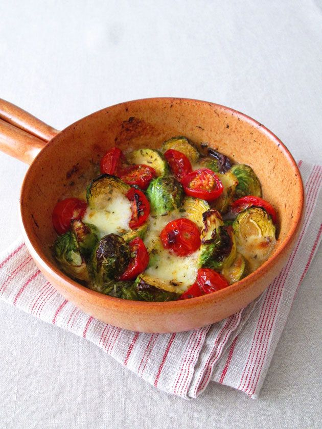 Brussels sprout, tomato, mozzarella grilled salad 芽キャベツ、トマト、モッツァレッラのグリルサラダ  『ELLE a table』はおしゃれで簡単なレシピが満載!