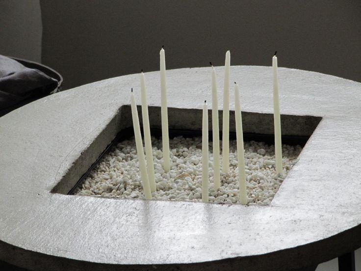 Pöydässä kynttilät hiekassa