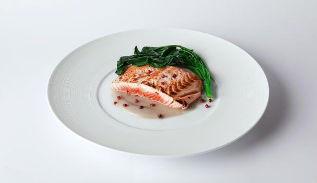 Il gusto intenso del topinambur e delle rape: un condimento deciso e saporito per il filetto di salmone al pepe rosa dello chef Danilo Angè.