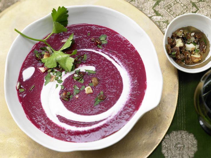 Edler, dabei einfacher Zwischengang mit wunderbar weihnachtlichem Duft: Rote-Bete-Suppe mit Lebkuchengewürz - und Haselnuss-Feigen-Gremolata - smarter - Kalorien: 210 Kcal - Zeit: 45 Min. | eatsmarter.de