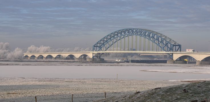 wilma HW61 posted a photo:  Voordat de IJsselbrug tot stand kwam, werd de verbinding tussen de oevers verzorgd door een veerdienst, het Katerveer. In 1905 kwam de Commissie tot overbrugging van den IJssel nabij het Katerveer tot stand. Er werd 1000 gulden bijeen gebracht voor een eerste ontwerp. De brug is uiteindelijk in 1930 opengesteld en tegelijk werd de veerdienst opgeheven.  In de vroege ochtend van 10 mei 1940 werd om de opmars van de Duitsers af te remmen het hoofdgedeelte van de…