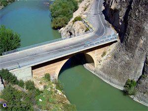 Acemoğlu boğazı köprüsü/Kemah/Erzincan/// Erzincan-Kemah kara yolunun yaklaşık 35. kilometresinde, Karasu Nehri üzerinde bulunan köprü, Acemoğlu Boğazı'nın iki yakasını birbirine bağlıyor. Kesme taştan yapılan tek gözlü köprünün ne zaman inşa edildiği bilinmiyor. Bu köprü tarihi öneminin dışında dramatik bir olaya da sahne olmuş. Bu yüzden köprünün hemen yanı başında bir de Şehitler Anıtı bulunuyor.