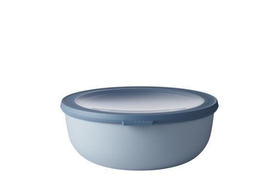 Mepal Multikom Cirqula 2250ml blauw  Deze schaal met een inhoud van 2250 ml is perfect voor het bewaren of meenemen van grote porties soep vlees of maaltijdsalades. De Cirqula serie van Mepal is speciaal ontwikkeld voor een complete 'circle of use'. Bewaar eten in de schalen in de koelkast of de vriezer warm het op in de magnetron (deksel moet worden verwijderd) en serveer je maaltijd in de schaal (direct) op tafel. De Mepal Cirqula multikom is gemaakt van onbreekbaar materiaal. Het…