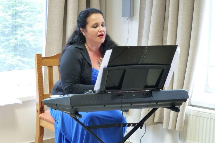 Otvárame ďalší Kurz spevu krok za krokom – 10 hodín klasického spevu príjemnou formou v malej skupine a srdečne pozývame každého, kto má chuť naučiť sa spievať, venovať sa novému koníčku, či relaxovať.  Základy techniky spevu a hudobnej teórie pod individuálnym vedením profesionálnej speváčky a skvelej hlasovej pedagogičky Karin Lukáčovej. KEDY: nedele 30.4., 7.5., 14.5., 21.5., 28.5. v čase 17:00 - 19:00 v krásnom prostredí galérii ZIV na Trenčianskej 53 v Bratislave - Ružinov. www.ziv.sk