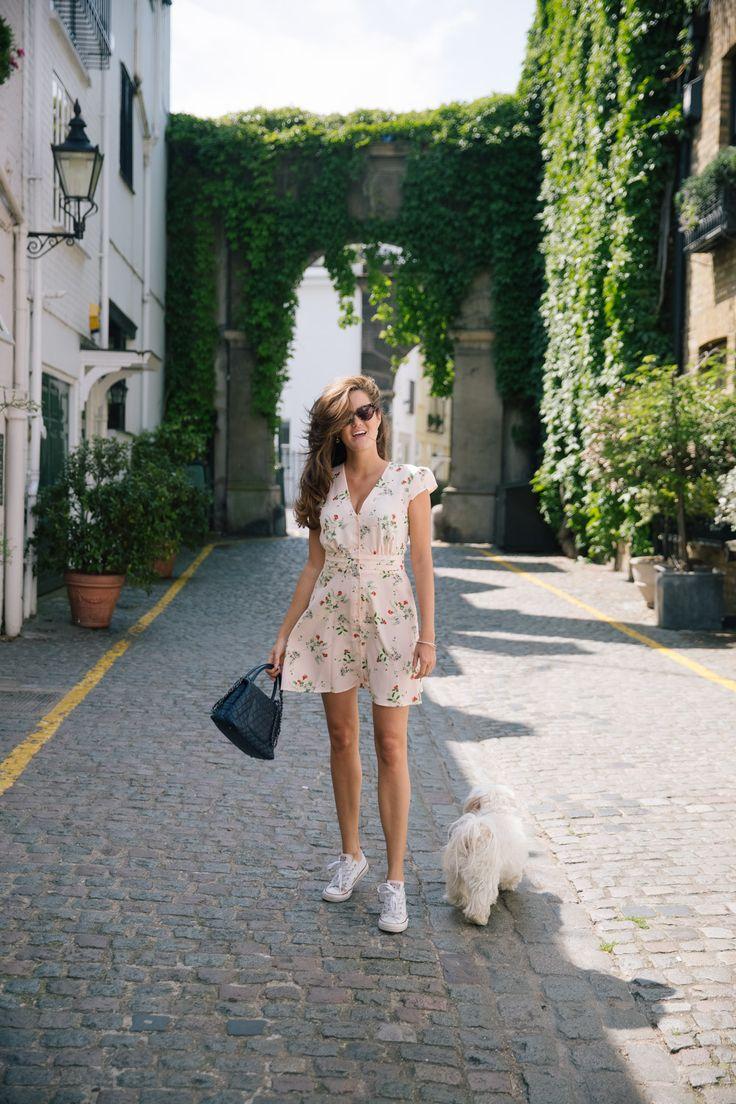 Dit is een hele zomerse outfit: een zomerse tea dress met bloemen en een paar converse sneakers >>> deze tea dress is van topshop