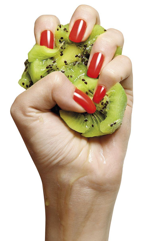 Brillanti colori arricchiti di vitamine: è questa la novità per l'estate 2015 proposta da #IndependentNails. Lunga tenuta e golose colorazioni per una stagione frizzantissima! #nail #nailart #polish #summer #red #fruit