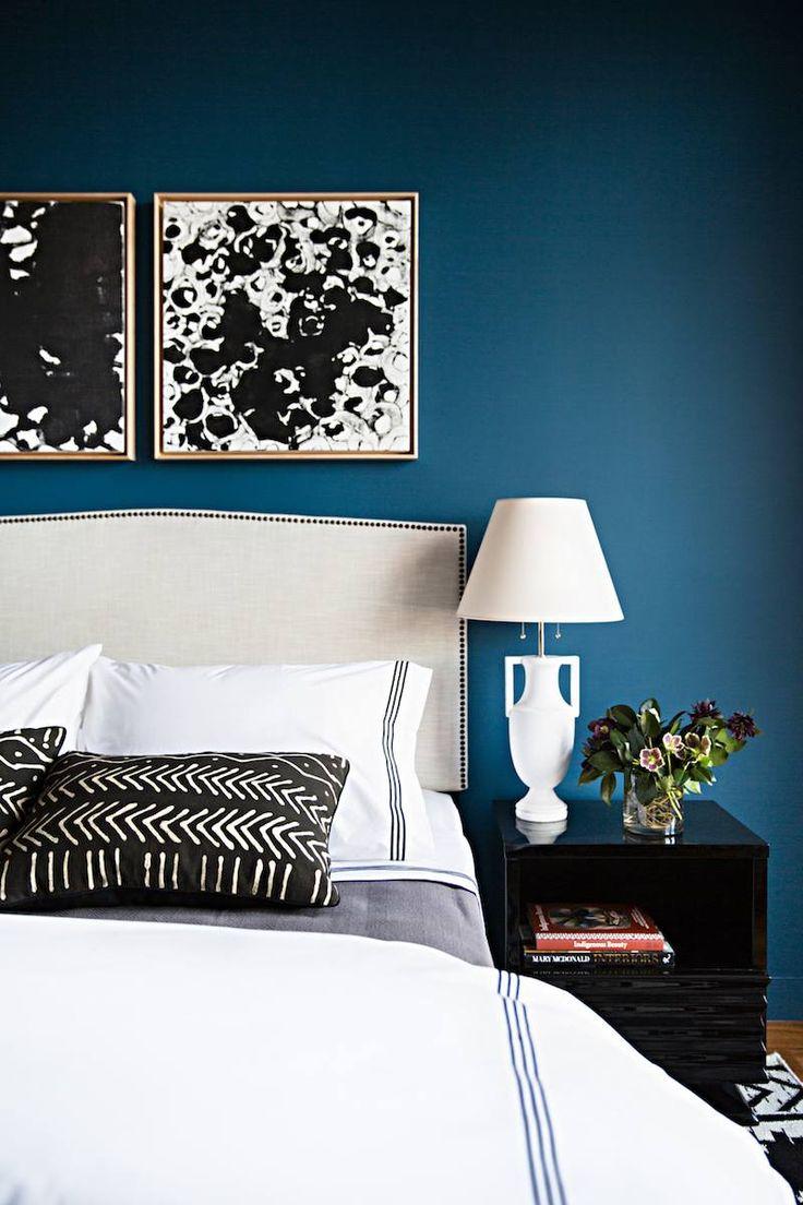 décoration en bleu canard, blanc et noir dans la chambre adulte super chic
