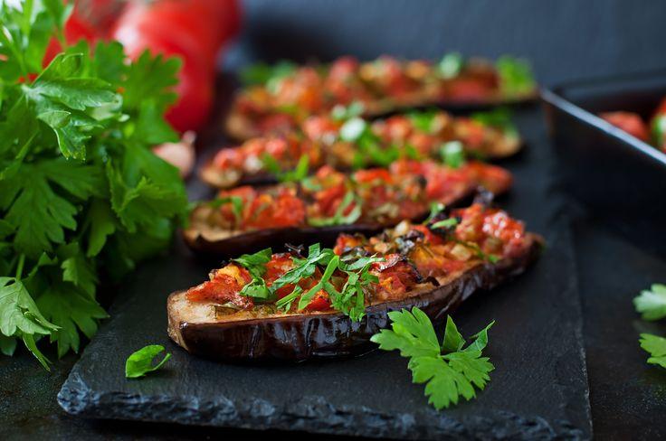 Recept voor gebakken aubergine met tomaat, paprika en verse kruiden. Aubergine bevat veel vezels en daarmee helpt het je om op een gezond gewicht te komen.