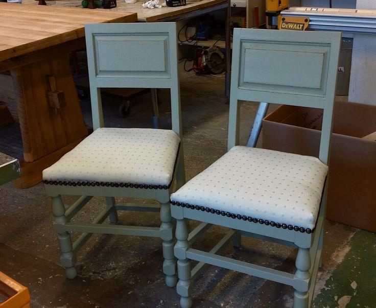 To blå kjøkkenstoler fikk ny look, og et nytt sted å bo..