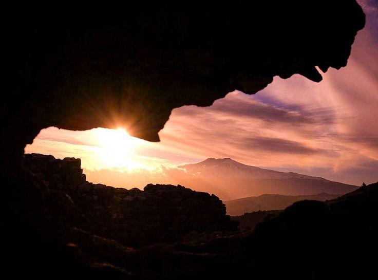 La boca del dragón. Teatro griego. Taormina, Sicilia. #visittaormina #taormina #teatrogrecotaormina #sicily #Sicilia #siciliabedda #Etna #MountEtna #volcano #sunset #atardecer #dragon #dragonmouth #Travel #igtravel #visitsicily #fb #fujix #esfujifilmx #fujixnet #nature #landscape #landscape_lovers #paisaje #lonelyplanet #wanderlust #igworldclub #igersitalia #bocadedragon #sunset_vision