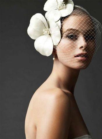 インパクトのある胡蝶蘭のアクセサリーに顔を覆う網のベールで、一気にモードな花嫁に!