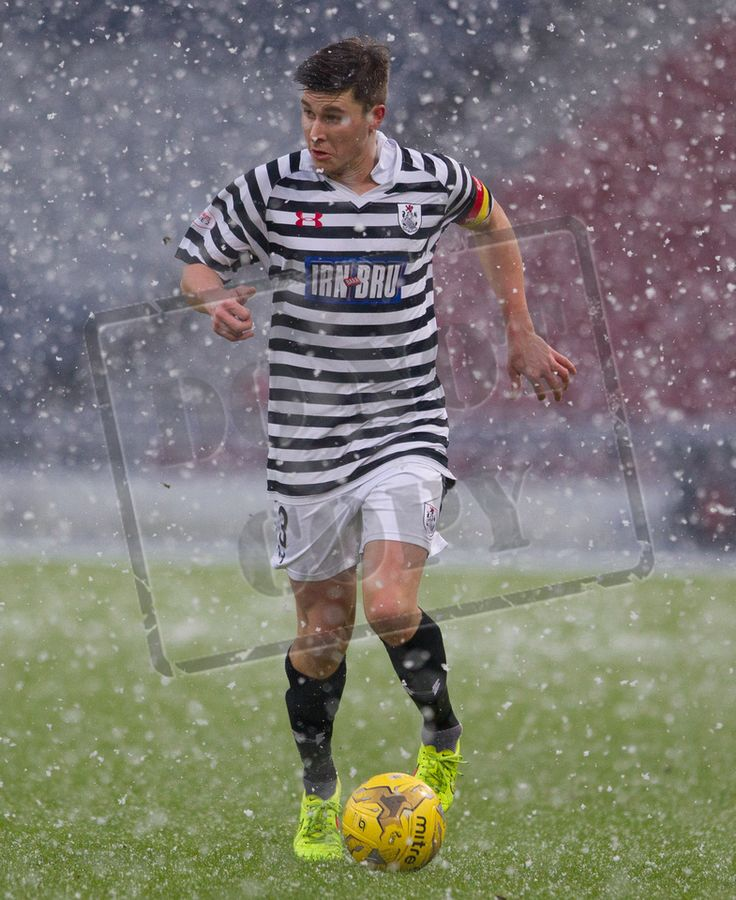 Queen's Park's Sean Burns on the ball during the SPFL League Two game between Queen's Park and Montrose.