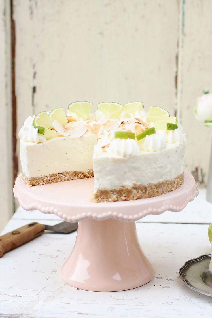 Säuerliche Limetten, cremiger Frischkäse, exotische Kokosflocken und ein knuspriger Keksboden: Dieser Limetten Cheesecake ohne Backen hat eigentlich alles, was eine sommerliche Torte braucht. Genauer gesagt, eineKühlschranktorte.