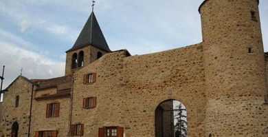 Prieuré clunisien de Bournoncle Saint-Pierre. Ce prieuré clunisien du XIe siècle, dépendant de Sauxillanges, a été entièrement restauré et ouvre ses 17 pièces (salle du prieur, chambres, infirmerie, cellules des moines, cuisine, grange à dimes). Il est situé à 2 km de la sortie 21 de l'A75 au sud de Clermont-Ferrand.
