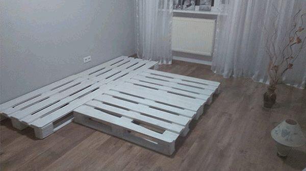 укладываем первый ряд для кровати из поддонов