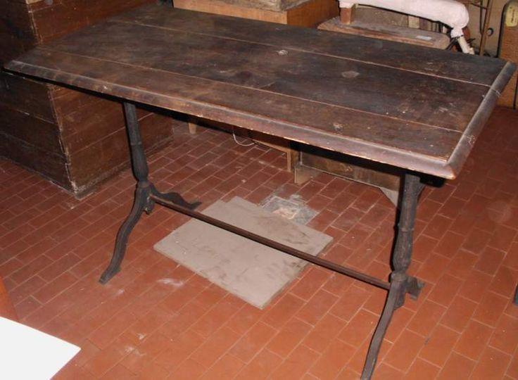 Tavolo con base in ferro e piano in noce del 900'