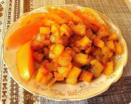 Это блюдо можно готовить в двух вариантах — постный и непостный. В любом случае получается очень вкусно! На фото - постный вариант.  Рецепт на 2 порции:  Картофель — 800 г очищенного Лук — 300 г Сладкий перец — 100-120 г (1 средний перец) Растительное масло — 75 г  Для соуса:  Помидор — 100-120 г (1 небольшой помидор) — можно заменить 1 ч. л. томатной пасты, смешанной со 100 г воды Чеснок — 2 зубчика Соль — 4/5 ч. л. (неполная чайная ложка) Специи, какие вам нравятся (я использовала готовую…