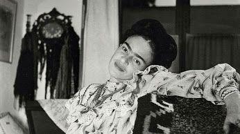 Η τέχνη της ήταν «σαν κορδέλα τυλιγμένη γύρω από μια βόμβα», είχε παρατηρήσει ο μεγάλος σουρεαλιστής Αντρέ Μπρετόν. .........Η #Φρίντα_Κάλο, η πρώτη ίσως ζωγράφος που τόλμησε να παραβιάσει τους κανόνες που όριζαν ως τότε την τέχνη και τη ζωή αποκαλύπτεται μέσα από σπάνιες #φωτογραφίες ------------------------------------------------------ #FridaKahlo #art #artist #woman #Mexico #painter #fragilemagGR http://fragilemag.gr/frida-photo-album/