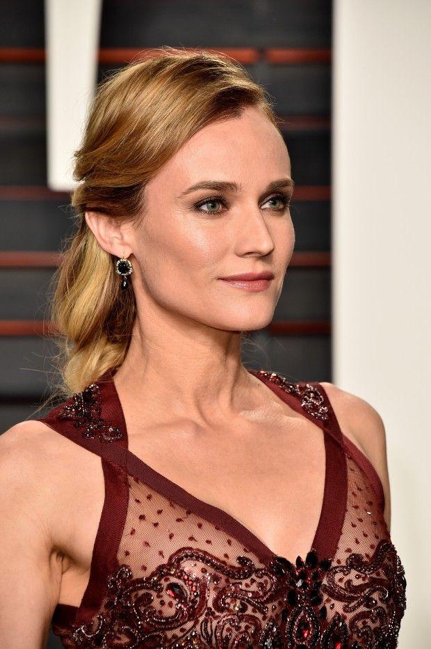 Se inspire na beleza de Diane Kruger, que apareceu no tapete vermelho do Oscar 2016 com um vestido longo vinho com transparências e bordados. A maquiagem com pele impecável e olho esfumado e, no cabelo, penteado romântico semi preso.