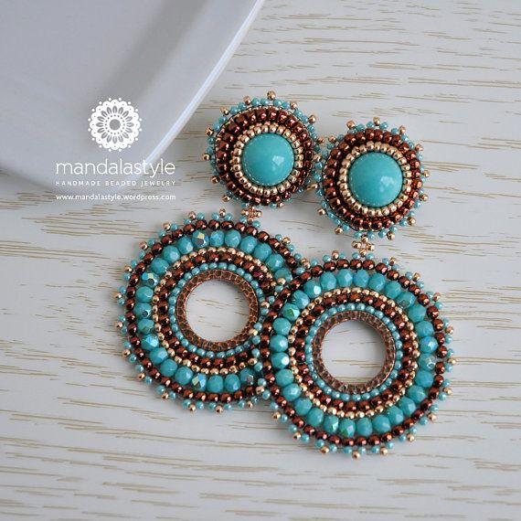 Orecchini pendenti a cerchio turchesi con bottone a lobo. Leggeri, luminosi ed estivi. Realizzati a mano con materiali di qualità: perline