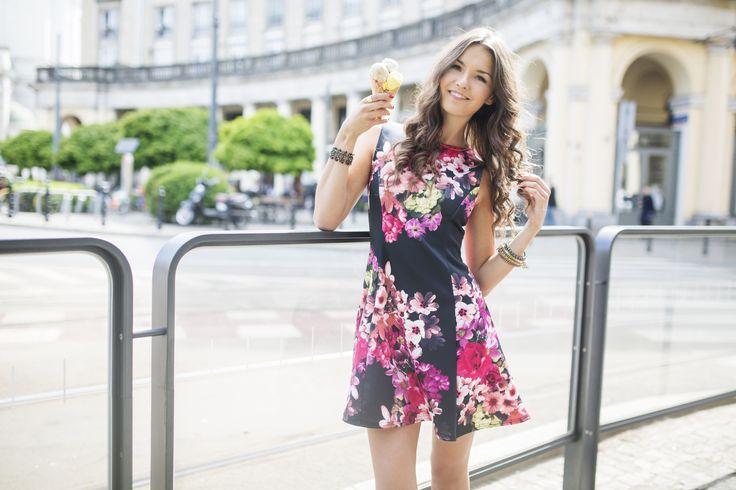 Dziewczęca sukienka w kwiaty