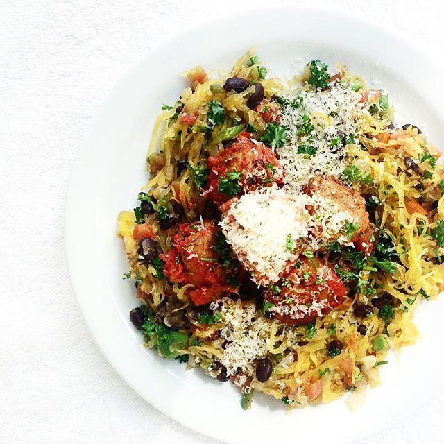 Testat spagettipumpa nån gång?  Här äter vi kycklingbullar med stekt lök, tomat, vitlök, jalapeno, svarta bönor, Avocado, persilja, salt, peppar och slutligen rörs spagettipumpan ner i härligheten.  Man kan koka den, köra den i ugnen eller mikron.  Vi mikra den efter att vi delat den i 2 halvor i cirkus 8 min, stick en gaffel i den så märks det om den är klar, man skrapar ut själva spaghettin ur skalet.