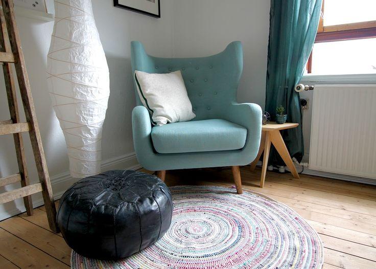 Lav dit eget runde gulvtæppe af gamle t.shirts og genbrugsgarn. Det farverige tæppe er hæklet og på bloggen finder du en guide til, hvordan du laver det.
