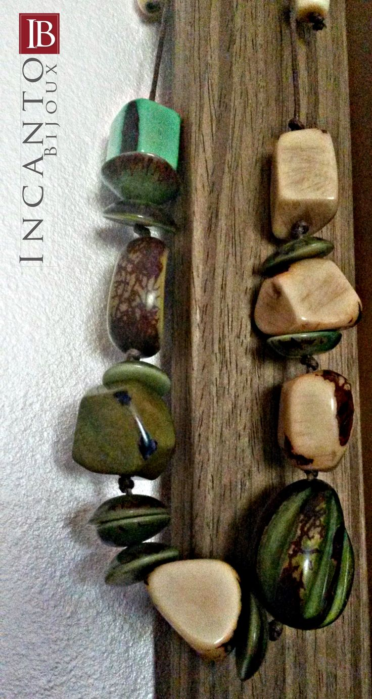 Collana con cordino regolabile tuta in semi di Tagua. I colori della natura (terra e piante) la fanno da padroni! Euro 24.