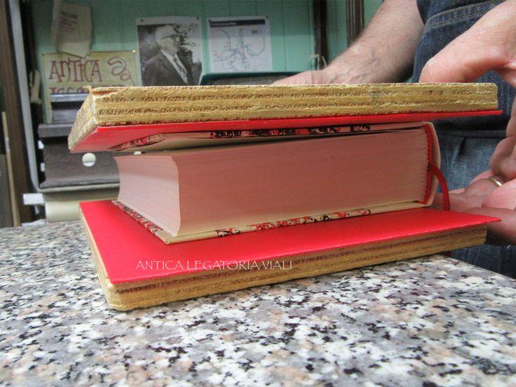 Montaggio del secondo piatto.  #legatoria #legatoriaviali #viterbo #rilegature #bookbinding #bookbinder #rilegatura #artisan #artigianato #artigiano #italy #italia #rilegare #libri #books #ArtigianatoArtistico #rilegatore #orvieto #roma #tuscia #reliure #restauro #restaurolibri #escher