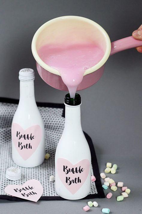 Pinkes Glitzer-Schaumbad selber machen & Flaschen stylish upcyceln. DIY Anleitung für pinken Badeschaum und schöne Geschenk Verpackungen. Der Badeschaum eignet sich perfekt als kleines Weihnachtsgeschenk! - DIY bubble bath