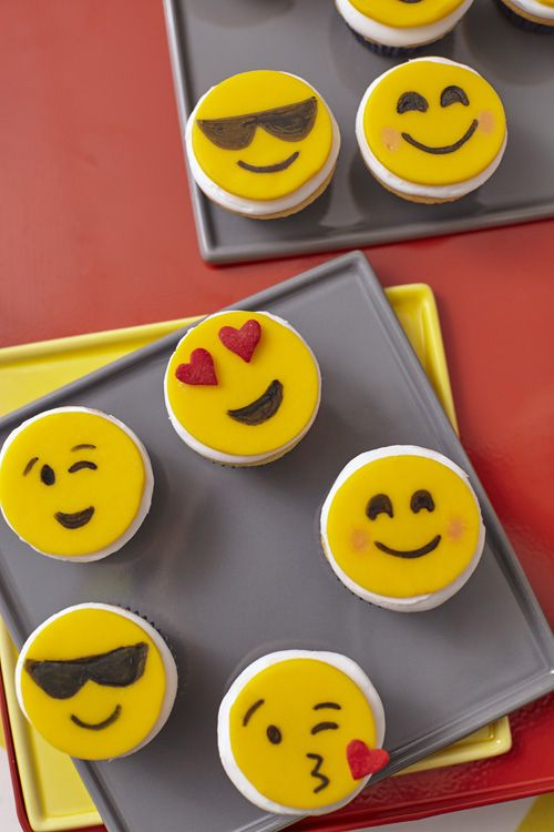 Express yourself with fondant emojis that add as much personality to your cupcakes as they do to e-mails! Decorate with FoodWriter edible color markers, Pearl Dust and Jumbo Hearts Sprinkles.