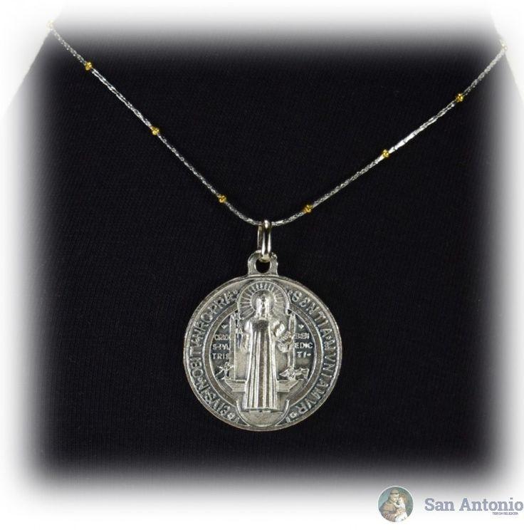 Medalla De San Benito (3 Cm): El origen de esta medalla se fundamenta en una verdad y experiencia del todo espiritual que aparece en la vida de san Benito, tal como nos la describe el papa san Gregorio en el Libro II de los Diálogos.