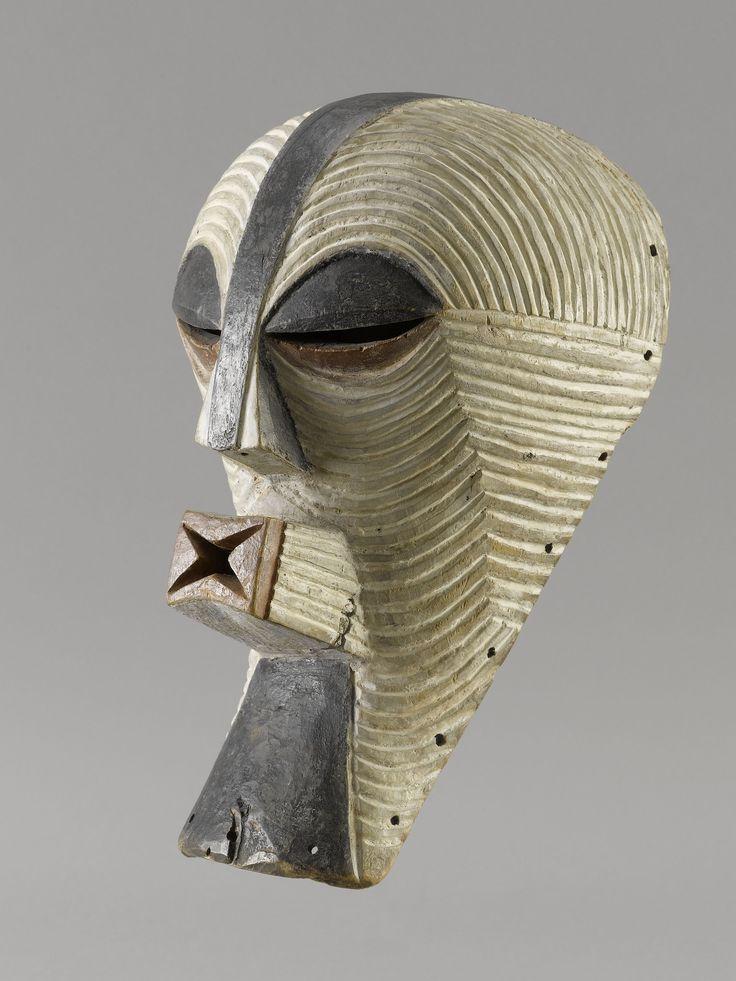 songye masque féminin  Ancien masque frontal Kifwebe de l'ethnie Songye. La polychromie (noir/blanc), les fines scarifications ainsi que l'absence de crête permettent de rattacher sans aucun doute ce masque au genre féminin.   Les masques bifwebe étaient utilisés par la société secrète Bwadi Bwa Kifwebe.