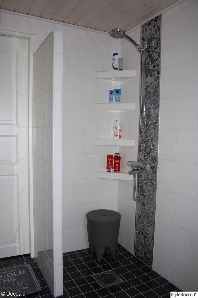 suihku,bubu -jakkara,pullohylly,kaakeliseinä,valkoinen kaakeli,harmaa kaakelilattia,kylpyhuone