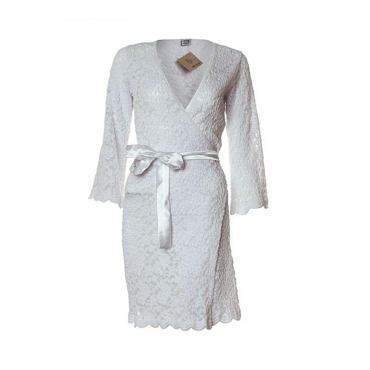Bata Antonieta, María Solita, $22.000. Esta bata blanca de encaje es perfecta para levantarse en la mañana con mucho ánimo y estilo. Ha sido confeccionada por la Tienda Mar...